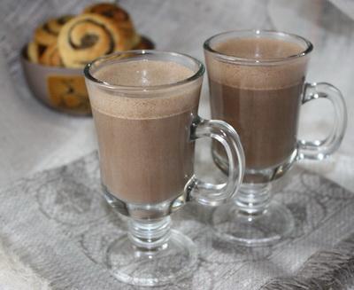 Jäätisekokteil jogurti ja kakaoga